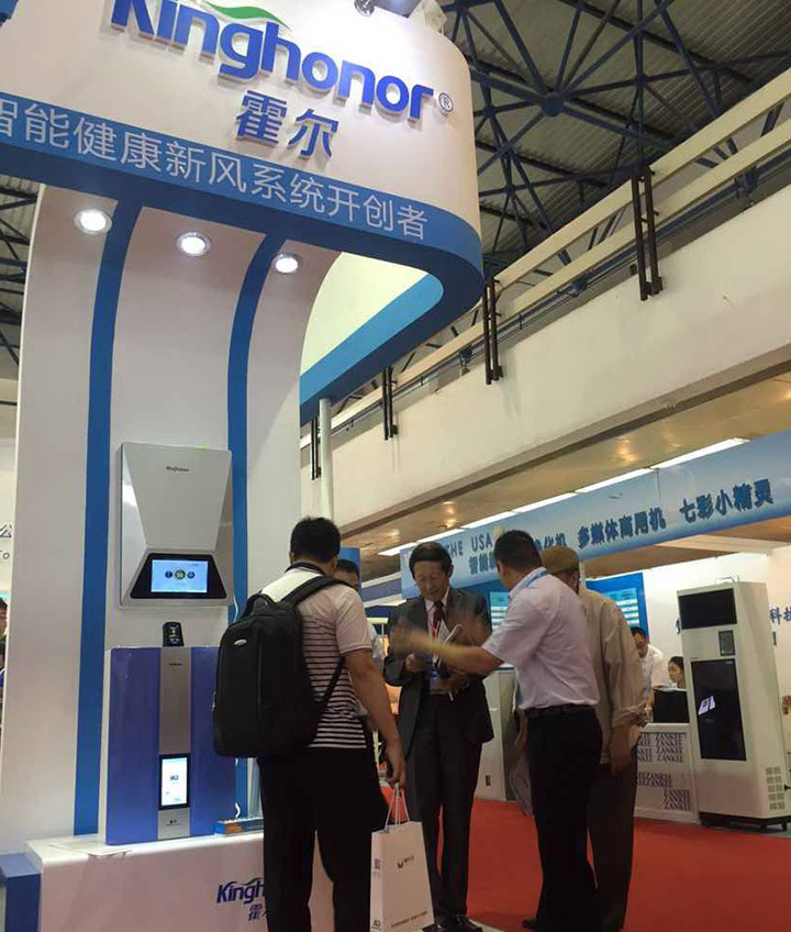 The Vice President of the All-China Federation of Industry and Commerce visited the Kinghonor booth and spoke highly of Kinghonor products.